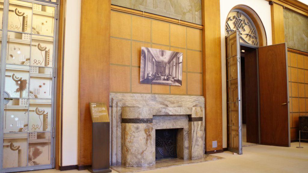 大理石でできた大客室の暖炉