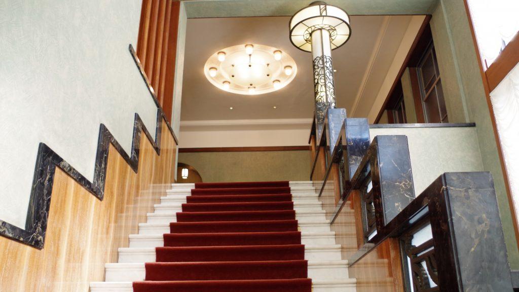 おもてなしの1階と、くつろぎの2階をつなぐ第一階段