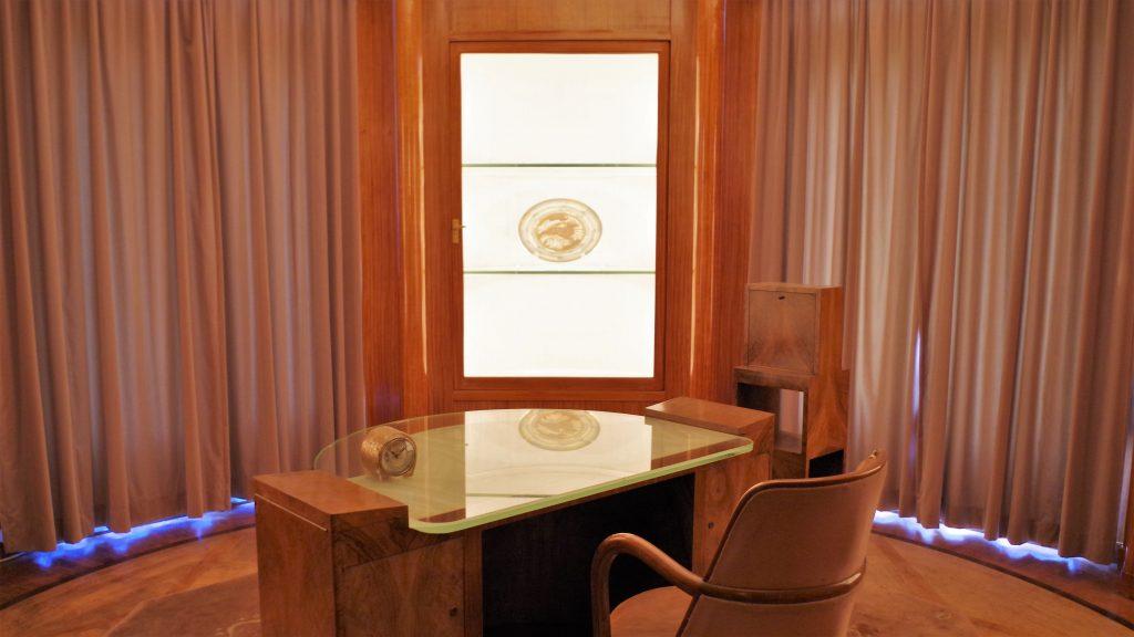 円形に見せた部屋の中央に半円形のテーブル
