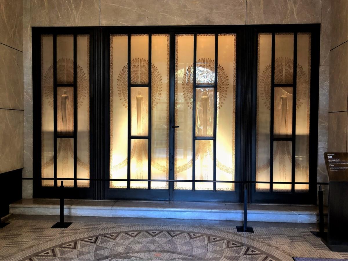 旧朝香宮邸の正面玄関ルネ・ラリックのガラスのレリーフ