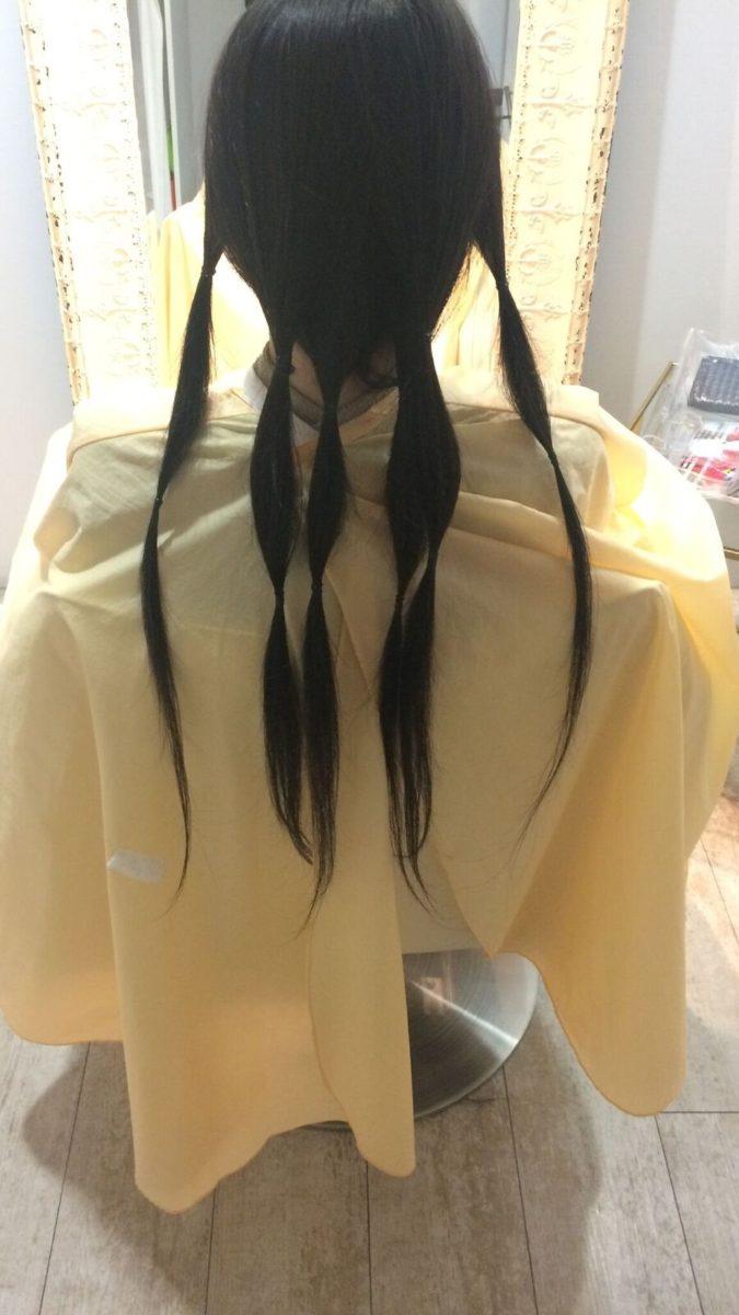 03_髪をまとめているところ