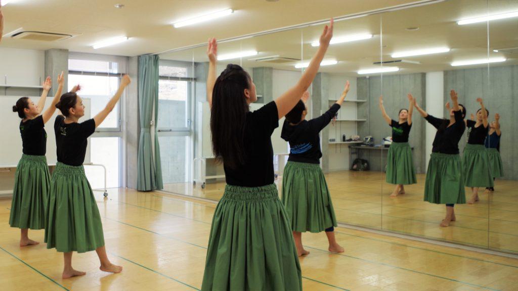 フラダンス教室~カレイヒイマクア~ ベーシックステップ 足先から指先まで基本の動きをしっかり練習