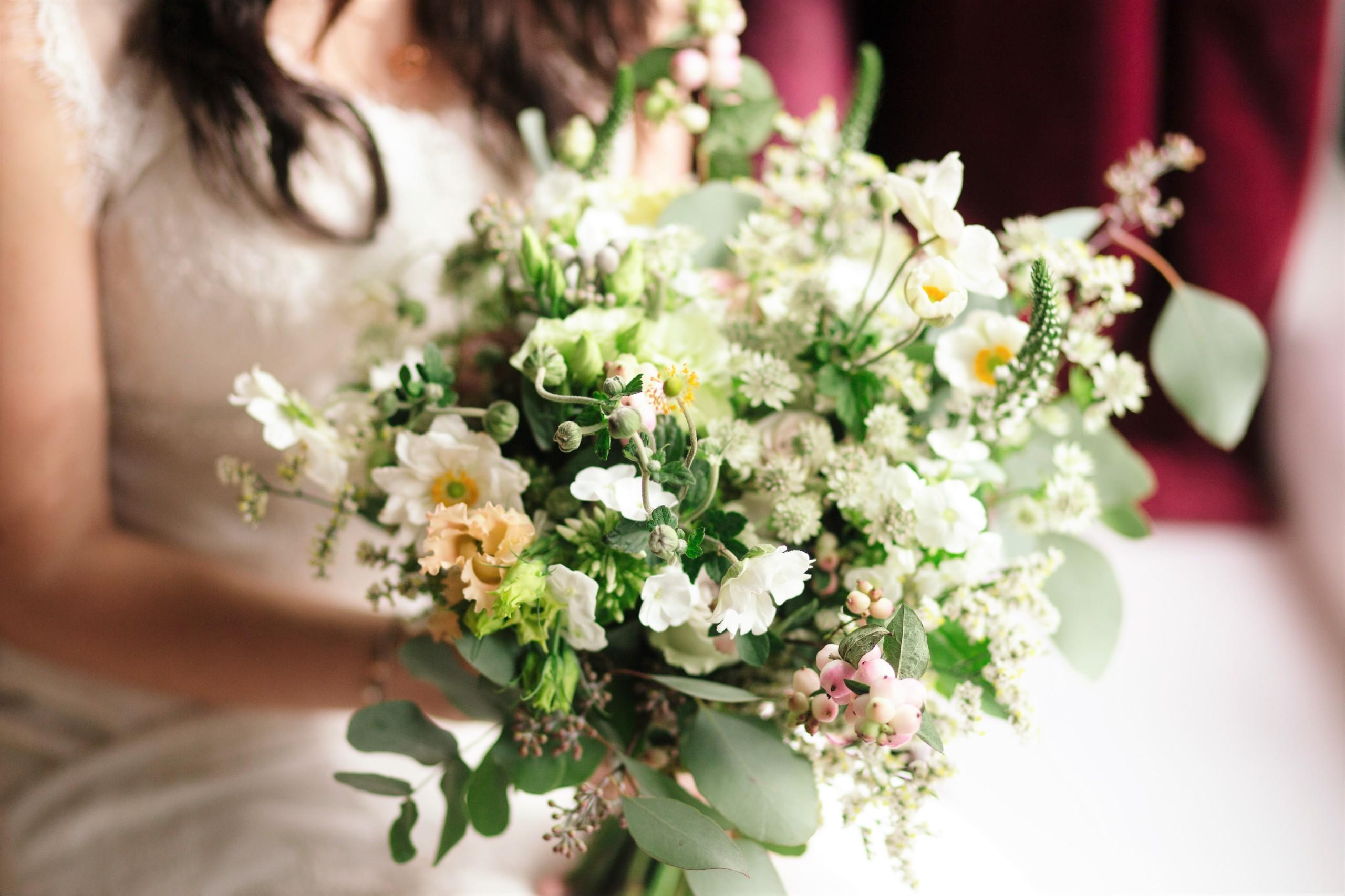 ホワイトフローラル(白い花束)は花嫁のイメージ